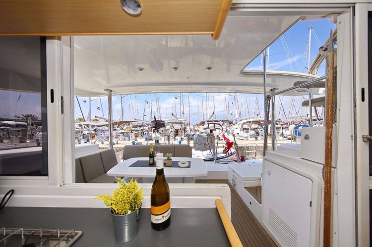 Discover Zadar region surroundings on this Lagoon 400 Lagoon-Bénéteau boat
