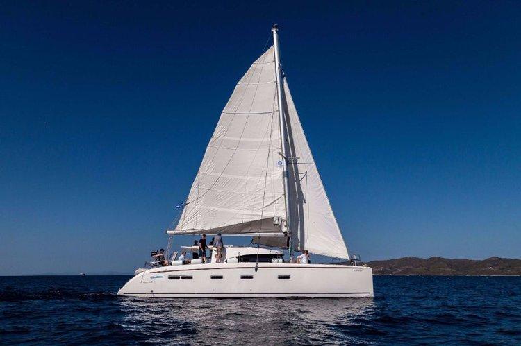 Discover Cyclades surroundings on this Nautitech 441 Nautitech Rochefort boat