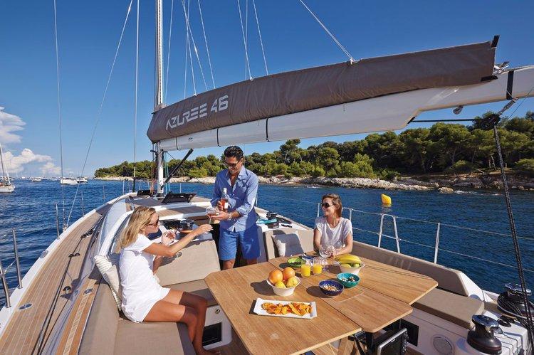 This 45.0' Sirena Marine cand take up to 9 passengers around Sicily