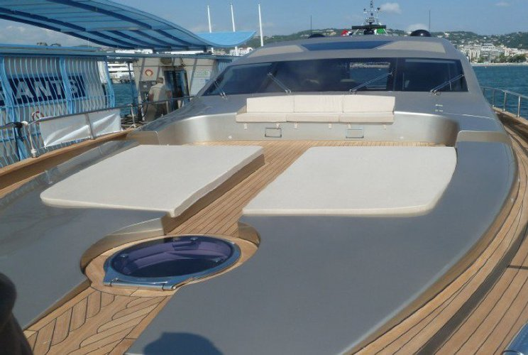 Discover Cannes surroundings on this 23.96 Jaguar boat