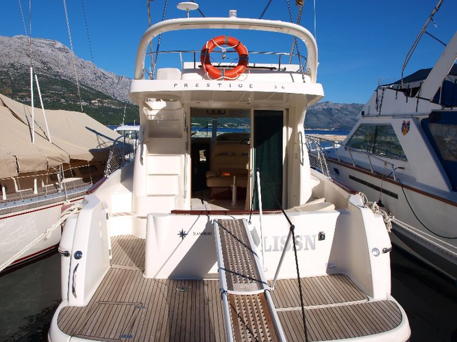 Up to 5 persons can enjoy a ride on this Jeanneau boat