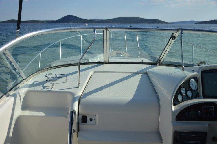 This 30.0' Sea Ray Boats cand take up to 2 passengers around Šibenik region