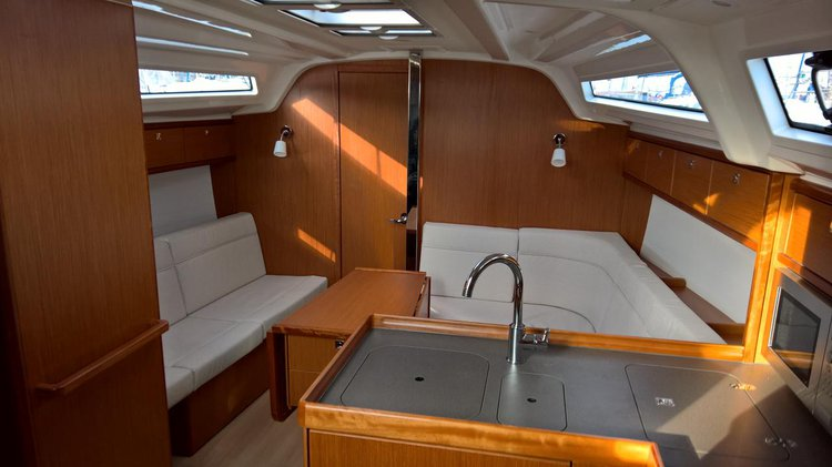 Discover Lisboa surroundings on this Bavaria Cruiser 37 Bavaria Yachtbau boat