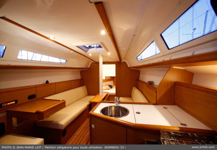 This 32.0' Jeanneau cand take up to 6 passengers around Ionian Islands