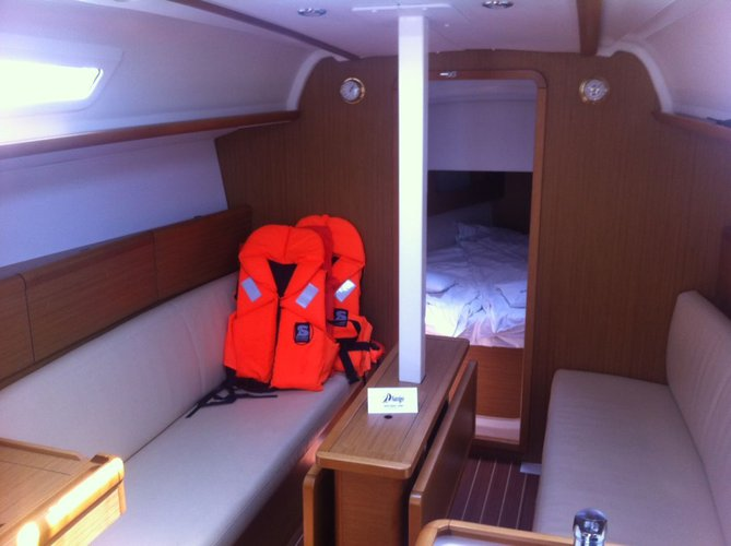 This 32.0' Jeanneau cand take up to 6 passengers around Zadar region