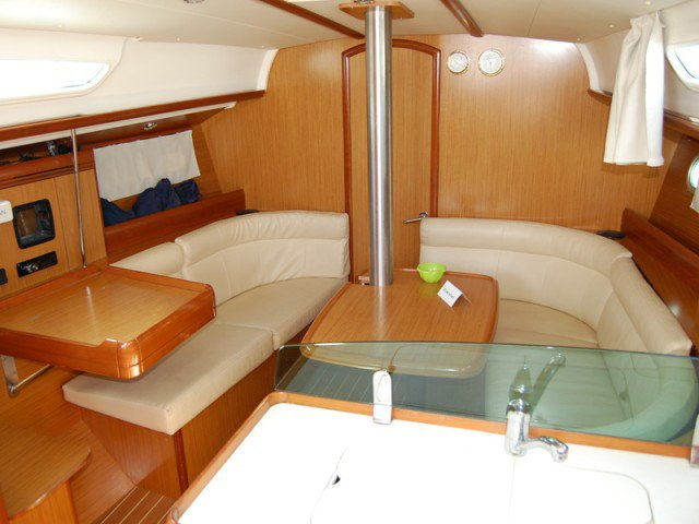 This 35.0' Jeanneau cand take up to 8 passengers around Zadar region