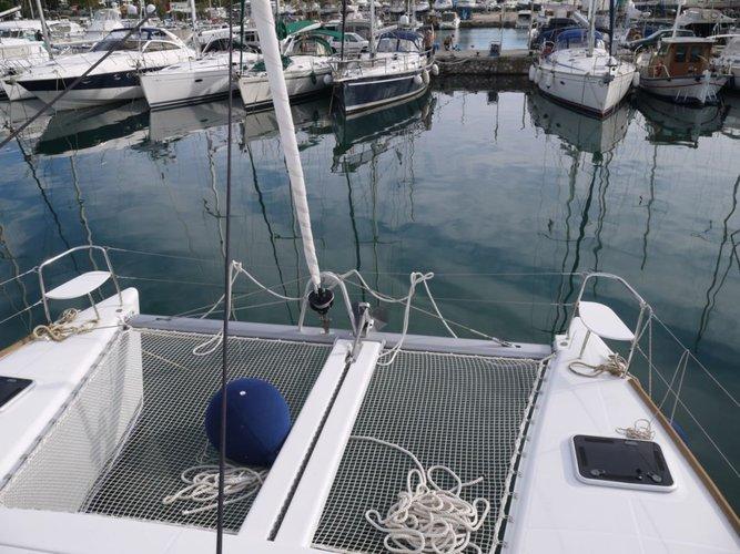 Discover Saronic Gulf surroundings on this Lagoon 380 S2 Lagoon-Bénéteau boat