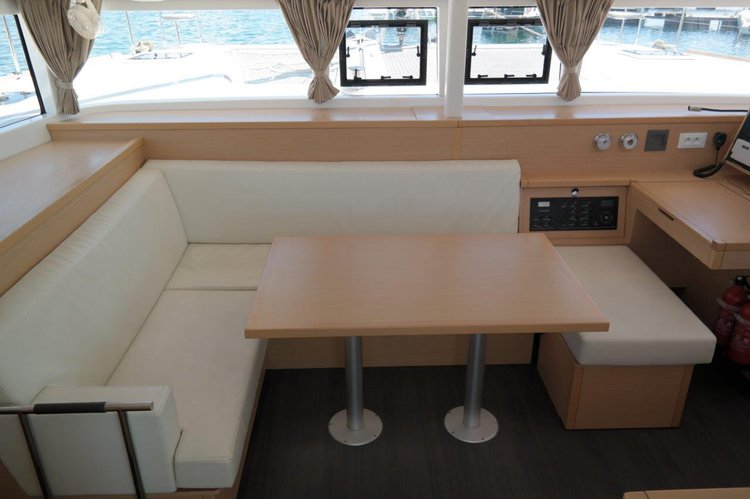 This 39.0' Lagoon-Bénéteau cand take up to 10 passengers around Balearic Islands