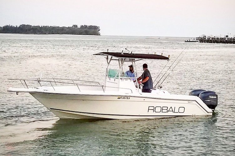 This 26.0' Robalo cand take up to 10 passengers around Miami