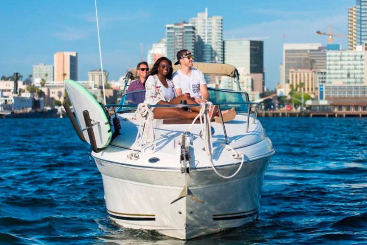 Discover San Diego surroundings on this Sundancer 260 Sea Ray boat