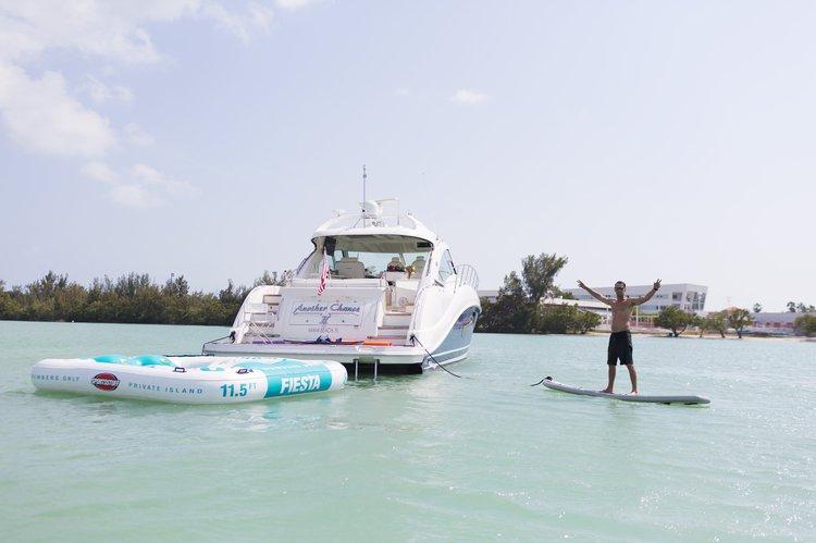 This 60.0' Sea Ray cand take up to 12 passengers around Miami