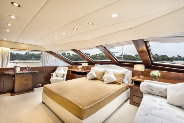 Discover Cannes surroundings on this Custom Spertini – Alalunga Italy boat