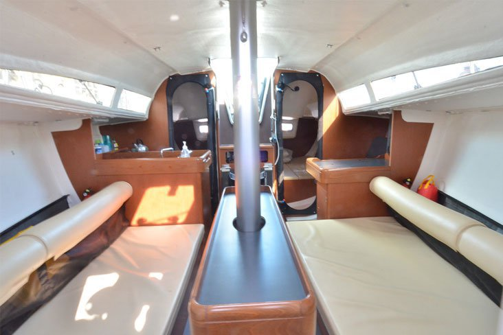 This 32.0' Jeanneau cand take up to 8 passengers around