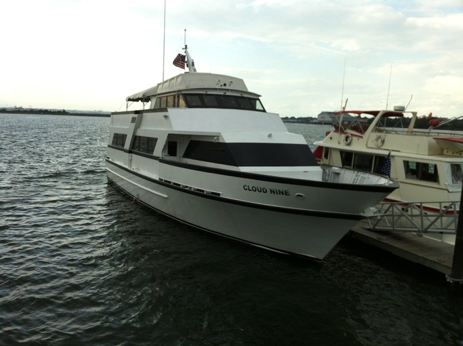 Rent the luxurious motor yacht in New York