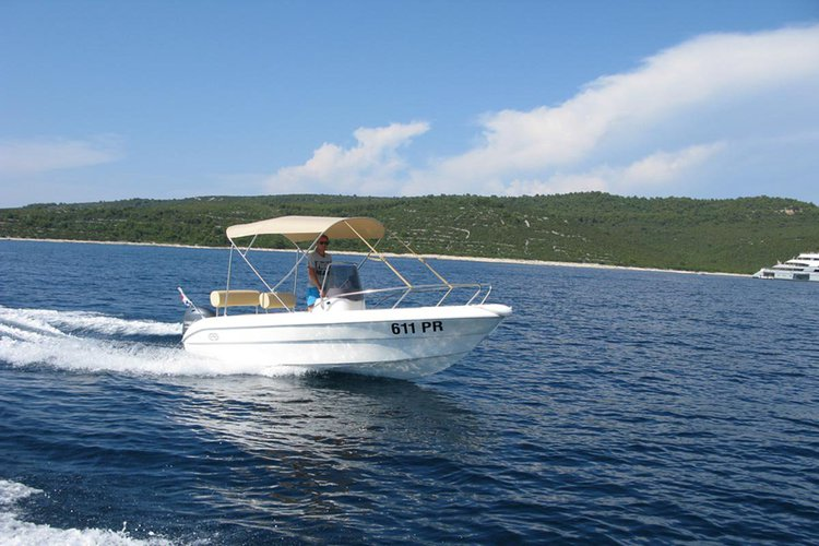 Up to 6 persons can enjoy a ride on this Other boat