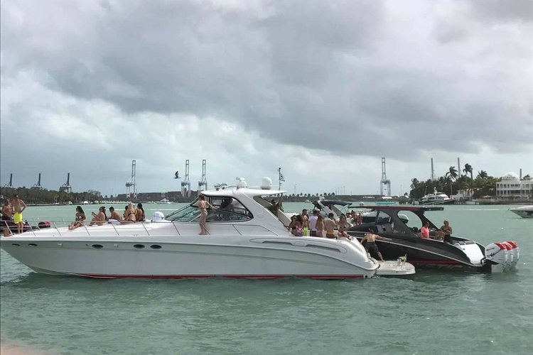 This 58.0' Sea Ray cand take up to 13 passengers around Miami
