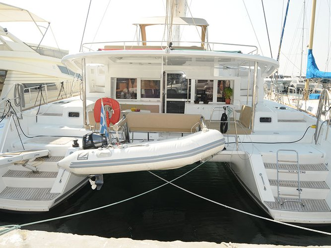This 45.0' Lagoon cand take up to 8 passengers around Alimos