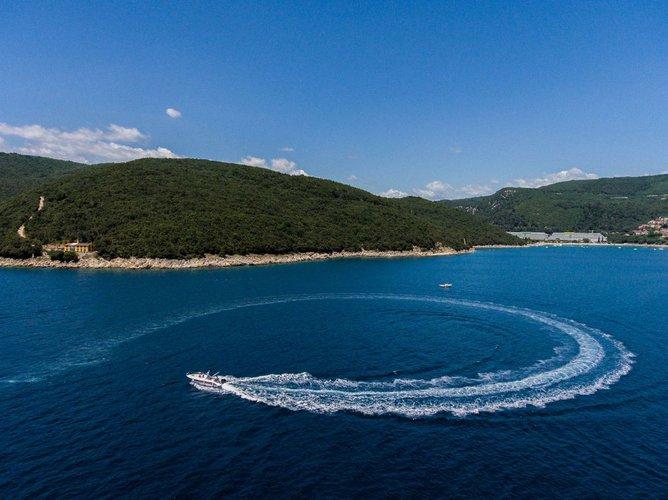This 23.0' Blumax (Bluline) cand take up to 2 passengers around Istra