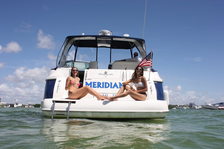 This 40.0' Cruiser Yacht cand take up to 12 passengers around Miami
