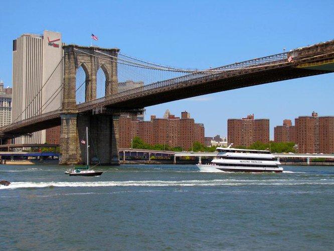 Discover Flushing surroundings on this Custom Custom boat