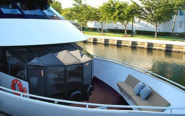 Discover Mooresville surroundings on this Custom Custom boat