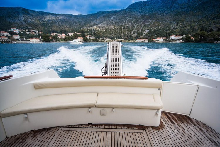 This 38.0' Jeanneau cand take up to 4 passengers around Dubrovnik region