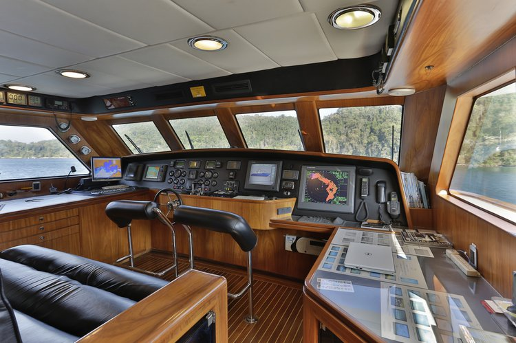 Discover angra dos reis surroundings on this GFT93 MCP boat