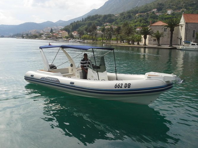 This 25.0' Capelli cand take up to 11 passengers around Dubrovnik region