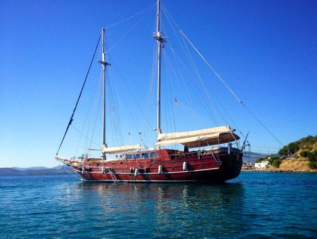 This 88.0' Custom Made cand take up to 12 passengers around Saronic Gulf