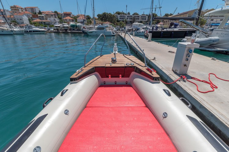 Discover Split region surroundings on this Aquamax B23F Inmark Marine boat