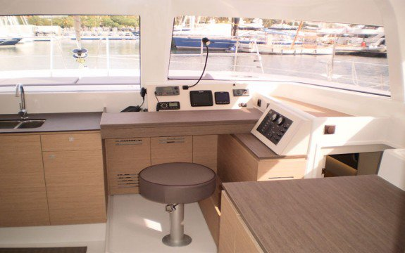 This 40.0' Bali cand take up to 10 passengers around La Marina