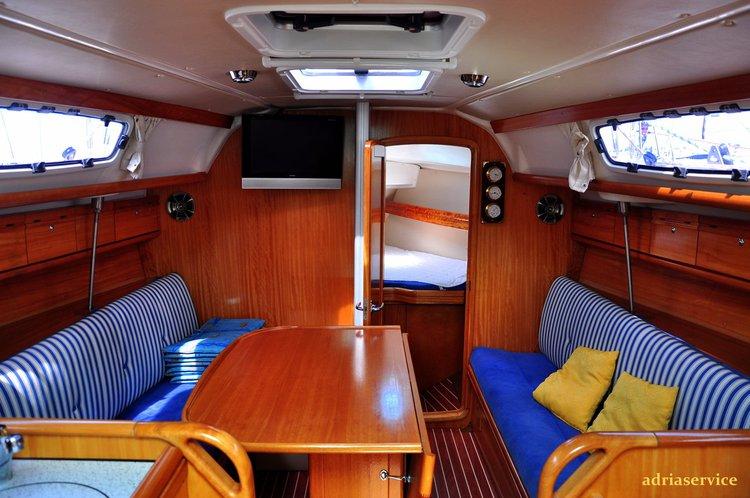 This 32.0' Bavaria Yachtbau cand take up to 6 passengers around Primorska