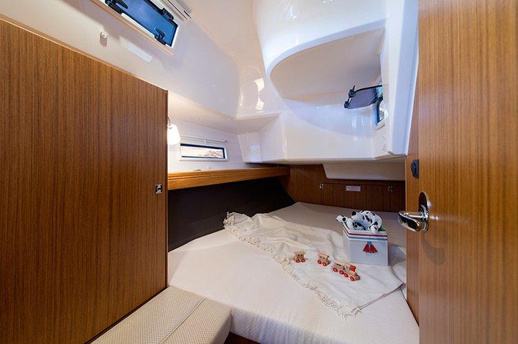 This 37.0' Bavaria Yachtbau cand take up to 8 passengers around Saronic Gulf