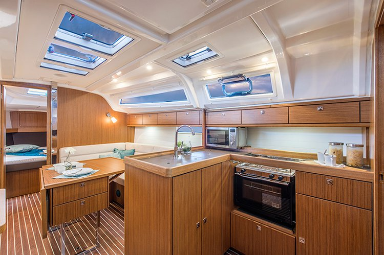 This 37.0' Bavaria Yachtbau cand take up to 7 passengers around Šibenik region