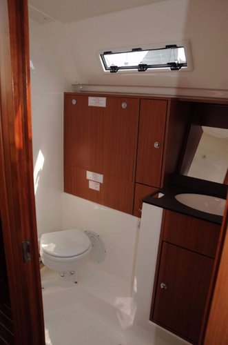 This 39.0' Bavaria Yachtbau cand take up to 6 passengers around Balearic Islands
