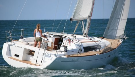 This 37.0' Bénéteau cand take up to 8 passengers around Cyclades