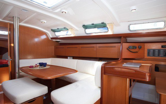 This 39.0' Beneteau cand take up to 8 passengers around Marseille