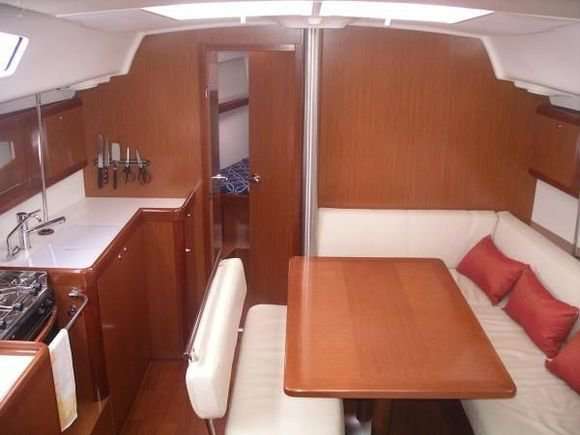 This 39.0' Bénéteau cand take up to 8 passengers around Thessaly