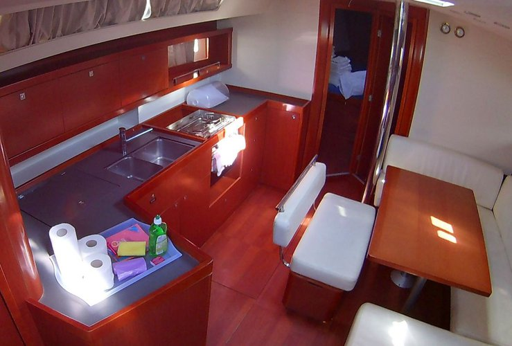 Discover Cyclades surroundings on this Oceanis 45 Bénéteau boat
