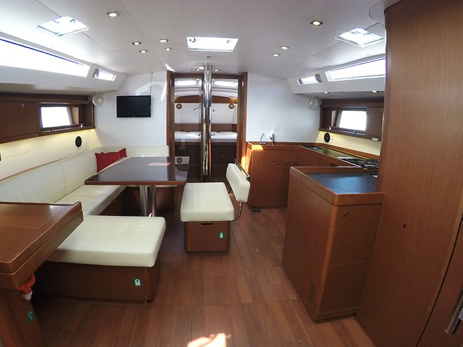 This 47.0' Bénéteau cand take up to 10 passengers around Ionian Islands