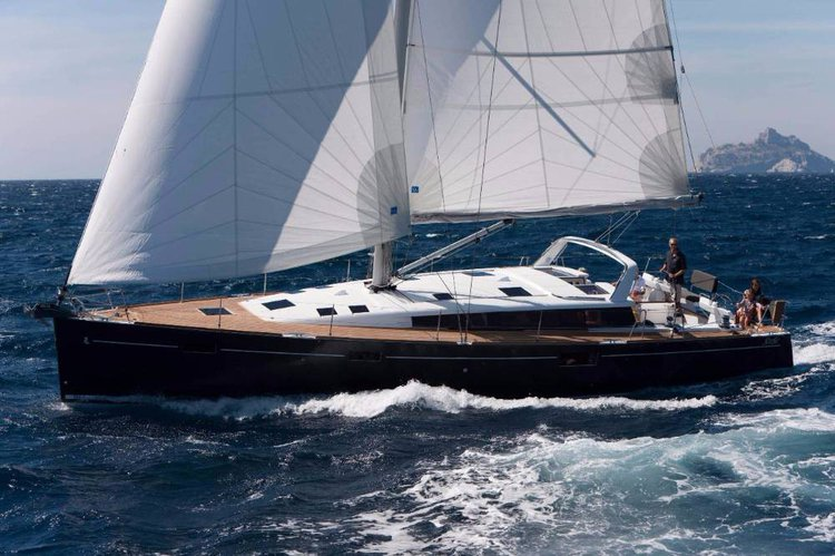 Discover Cyclades surroundings on this Beneteau Sense 50 Bénéteau boat