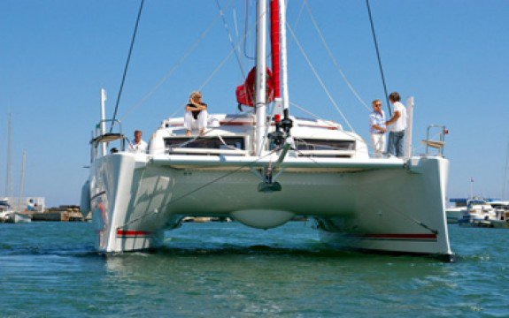 This 41.27' Catana cand take up to 8 passengers around Le Marin