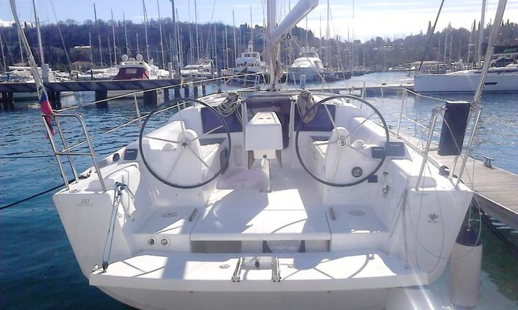 Up to 4 persons can enjoy a ride on this Dufour Yachts boat