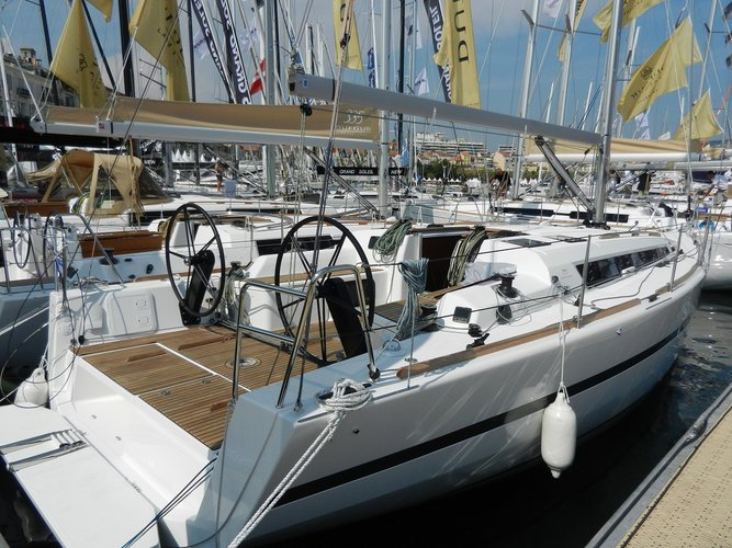 Up to 6 persons can enjoy a ride on this Dufour Yachts boat