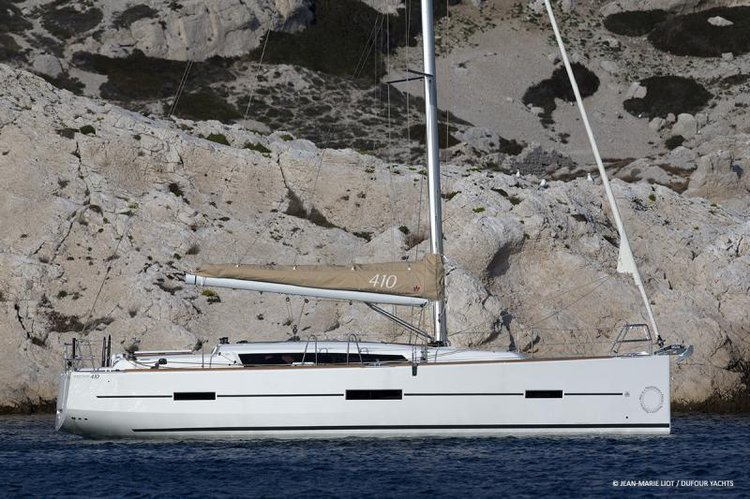 This 40.0' Dufour Yachts cand take up to 6 passengers around Aegean