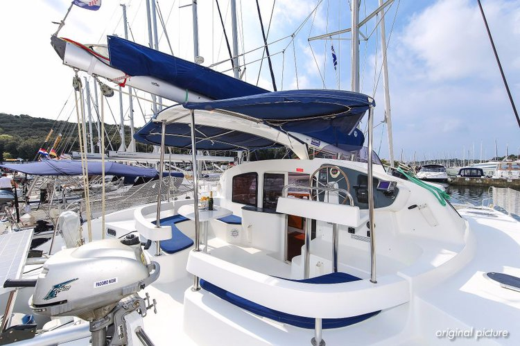 This 39.0' Fountaine Pajot cand take up to 10 passengers around Istra