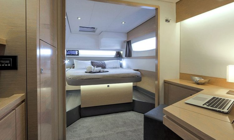 This 49.0' Fountaine Pajot cand take up to 10 passengers around Cyclades