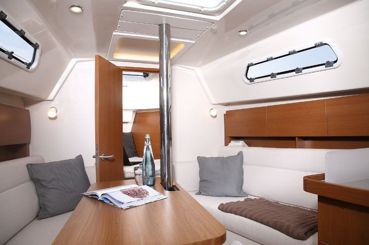 Up to 5 persons can enjoy a ride on this Hanse Yachts boat