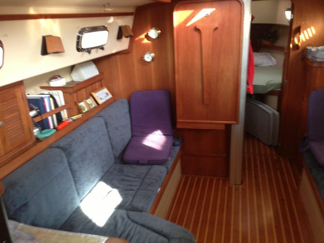 Up to 4 persons can enjoy a ride on this Sloop boat