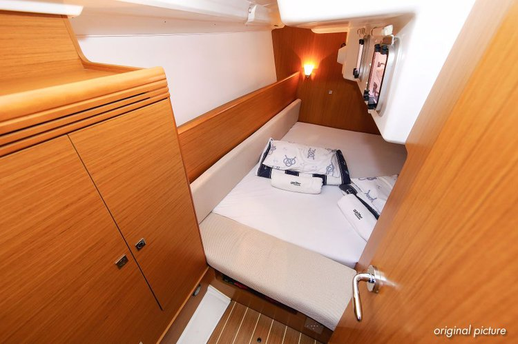 Discover Istra surroundings on this Sun Odyssey 33i Jeanneau boat